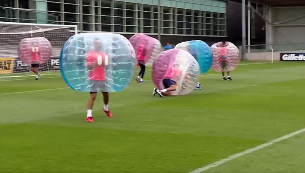 Spelers-Bar-a-vermaken-zich-met-potje-bubbelvoetbal-sportnieuws-nl-16230536